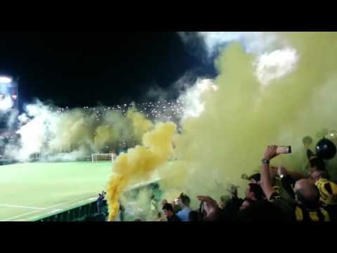 """""""Salida Peñarol - Inauguración Campeón del Siglo (2016-03-28). Peñarol 4 -  1 River Plate"""" Barra: Barra Amsterdam • Club: Peñarol"""
