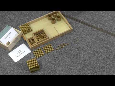 Goldenes Perlenmaterial nach Montessori in der Anwendung mit Arbeitskartei