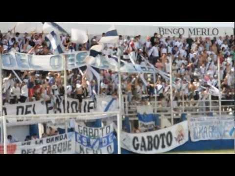 """""""Hinchada del Deportivo Merlo frente a Crucero"""" Barra: La Banda del Parque • Club: Deportivo Merlo"""
