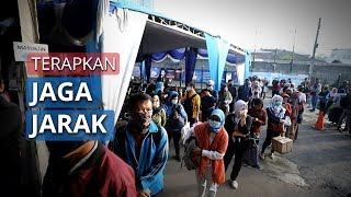 Stasiun Bekasi Terapkan Social Distancing saat Penumpang Antre Masuk