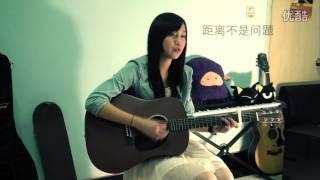 超好听!大二女生Richael吉他弹唱《爱你没差》