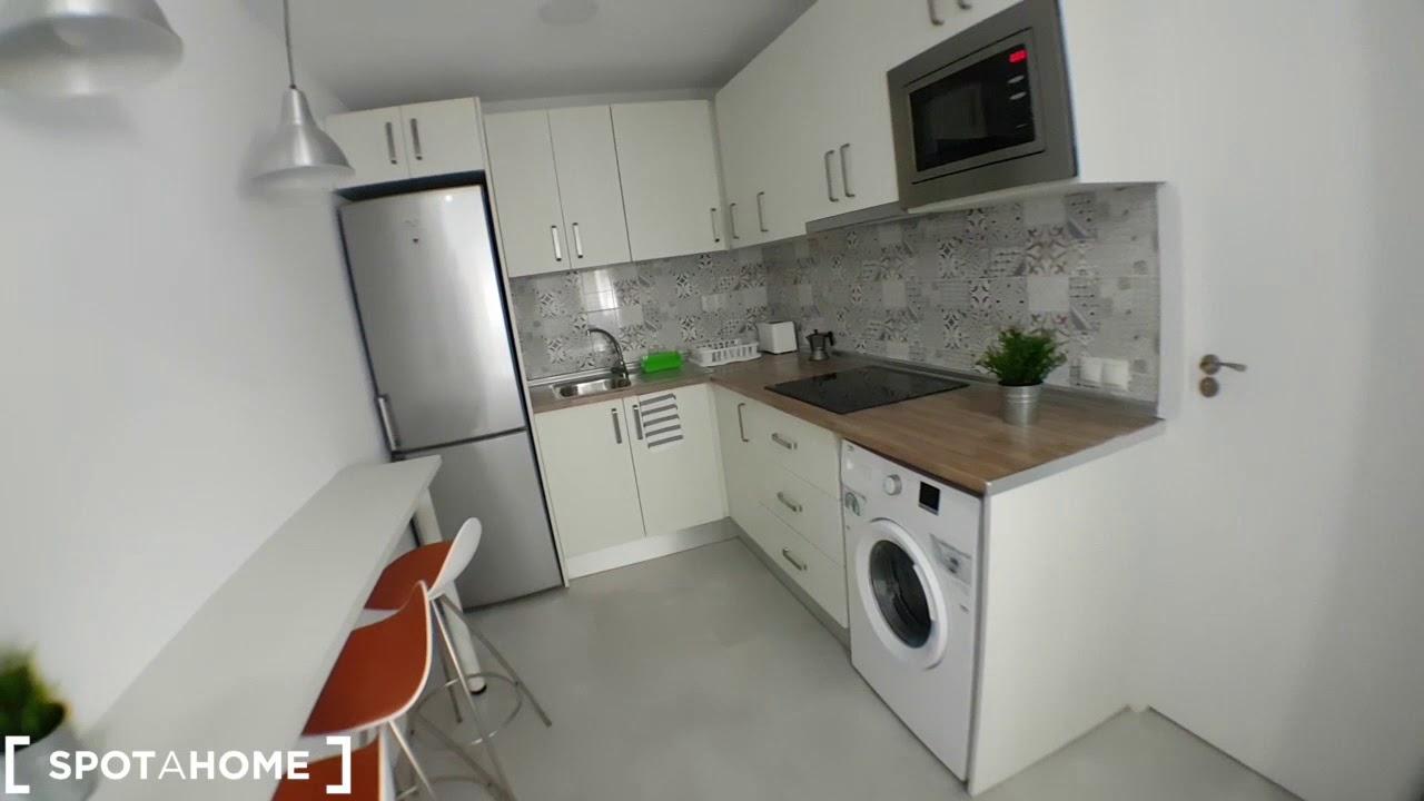 Rooms for rent in modern 3-bedroom apartment in Puerta del Ángel