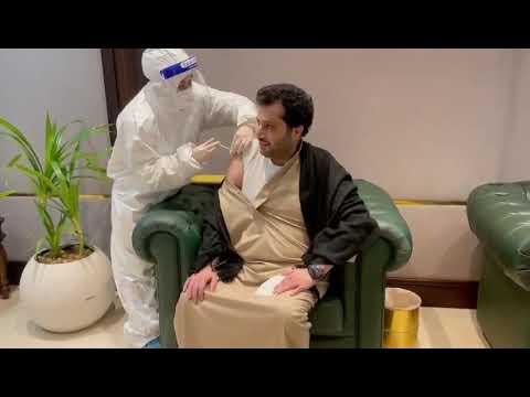 أثناء تلقي رئيس هيئة الترفيه تركي آل الشيخ الجرعة الأولى من لقاح كورونا