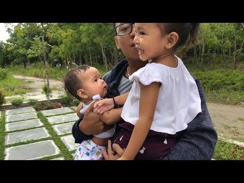 Horee Papah pulang dari Solo - Reaksi Shanti dan Shindi ke Temu Papah - Oleh oleh makan Donut (видео)