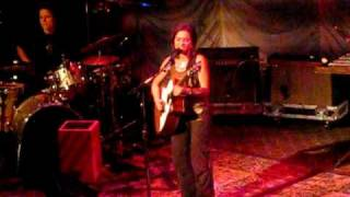 "Ani DiFranco performing ""Splinter"""