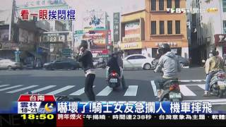 【TVBS】 行車糾紛!駕駛當街持棒追打猛k 騎士重傷