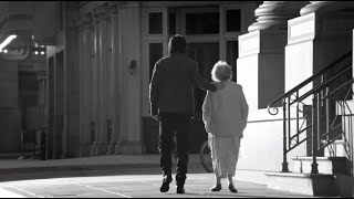 En el mes de la madre, la canción que le escribí a la Mimi.   Mi madre (la Mimi) escuchó esta canción solo una vez. Cuando le preguntaron si le gustaba,  dijo que prefería no escucharla porque la hacía llorar.  Yo no pude cantarla en vivo desde que se fue por temor a no poder terminarla.  Quizás el tiempo me vaya dando el valor.    Gran día y muchas flores a las madres, la más grande para el comandante Tusa, a la que mi padre le decía que cada día se parecía más a la Mimi .  Instagram: @RicardoArjona https://www.instagram.com/ricardoarjona/?hl=en Facebook: @ArjonaOficial https://www.facebook.com/arjonaoficial/ Twitter: @Ricardo_Arjona https://twitter.com/ricardo_arjona?lang=en Spotify: https://open.spotify.com/artist/0h1zs4CTlU9D2QtgPxptUD   Metamorfosis Enterprises, All Rights Reserved