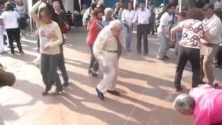 todos bailan con la chona.