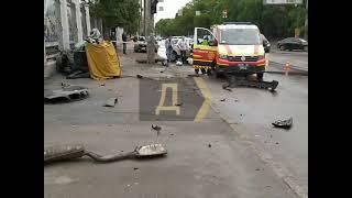 В Одессе BMW на скорости врезался в столб: авто разорвало на части, двое погибших