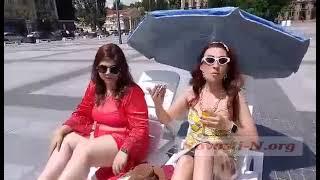 На главной площади Николаева горожане устроили пляжный отдых: поставили лежаки и зонтик