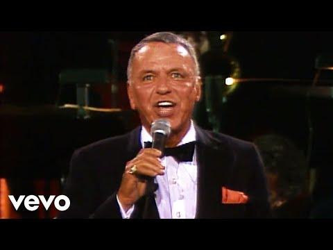 """Frank Sinatra Interpretando La Canción """"Strangers In The Night"""""""