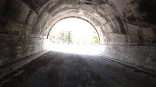 Дорога на дикий пляж в Бельдиби, туннель.