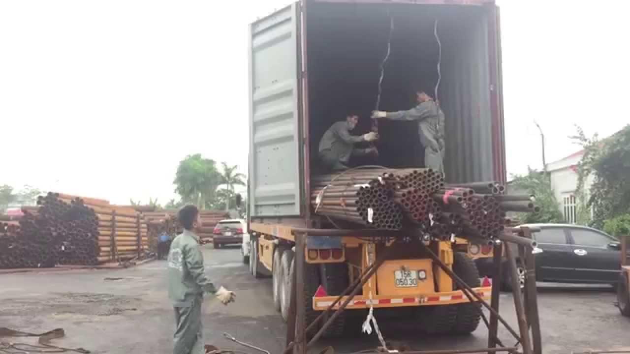 Quy trình hạ hàng từ container thép ống đúc nhập khẩu từ Nhật Bản của CBCNV chuyên biệt, hiệu quả.