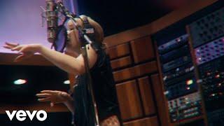 Musik-Video-Miniaturansicht zu This Love Isn't Crazy Songtext von Carly Rae Jepsen
