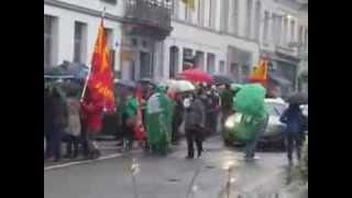 preview picture of video '(16/10/2013): Péruwelz - les grévistes manifestent devant l'hôtel de ville'