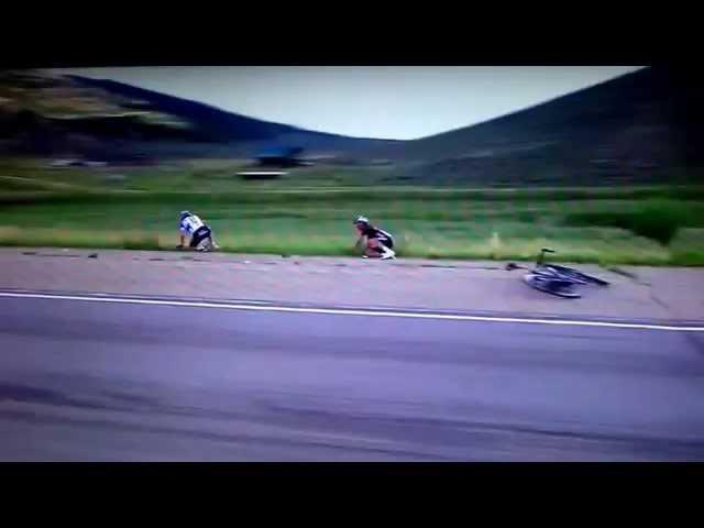 دراج يصطدم بعمود على جانب الطريق في سباق دراجات