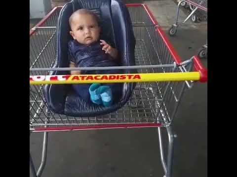 Pais esquecem bebê em carrinho no estacionamento de supermercado
