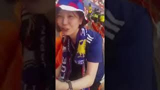 Японские болельщики убирают за собой мусор после матча Колумбия - Япония