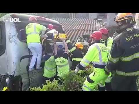 Acidente entre ônibus e caminhão deixa feridos na Régis Bittencourt, em SP