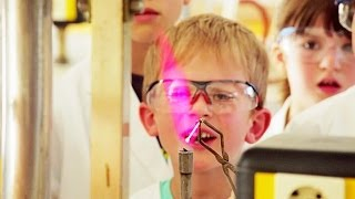 preview picture of video 'Schaut Euch das mal an! - Wissenschaft für alle an der Universität Tübingen'