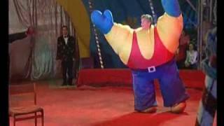 Смотреть онлайн Забавное шоу силачей, цирковой номер для детей