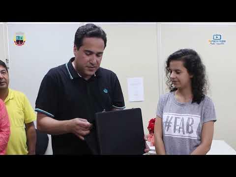 O Prefeito Cristiano Mariaão e o Vice Salim Salema entregam placa para a aluna Luiza Helena por sua colocação nas olimpíadas da matemática