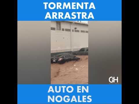 Tormenta arrastra auto en Nogales
