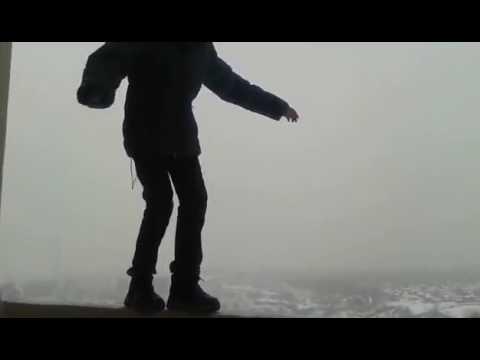 Недетские игры со смертью: Школьник прошёлся по краю балкона на 25-м этаже (видео)