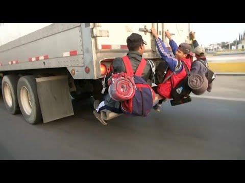 العرب اليوم - شاهد: آلاف المكسيكيين يتشبثون بالشاحنات على أمل الوصول إلى الحدود الأميركية