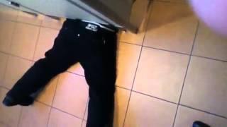 Смотреть онлайн Мальчик застрял под дверью в туалете