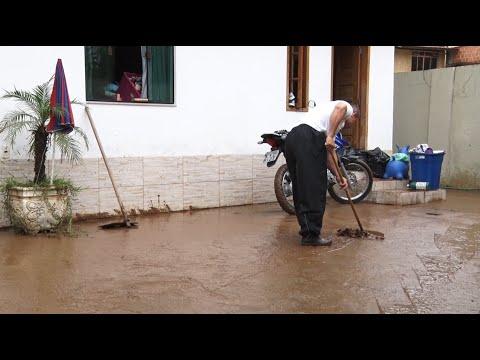 Após enchente, moradores limpam casas e rua em Conselheiro Paulino