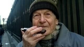 Смотреть онлайн Дедушка талантливо играет на губной гармошке