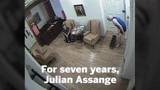 В Сети появилось видео Джулиана Ассанж в трусах на скейтборде