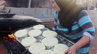 الخبز بالخميرة البلدية و مسمن موررق في فرن تقليدي مع الطباخة عزيزة/ سلسة أطباق بلادي (حلقة  95 )