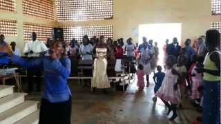 preview picture of video 'Estilo africano de cantar em Igreja Evangélica - Gulu - Uganda.'
