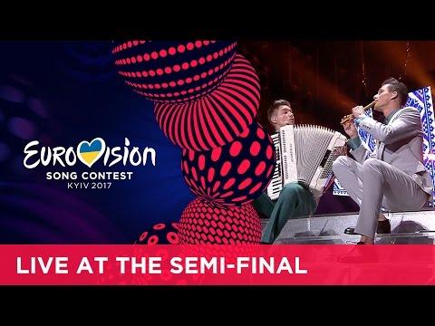 Ведущие Евровидения затмили конкурсантов своим музыкальным номером