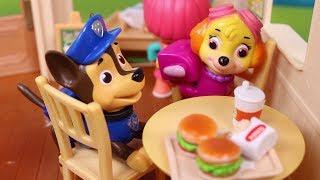 🐾 PATRULLA CANINA 🐾 Sky y Chase quedan en la hamburguesería!! | Vídeos de Paw Patrol en Español