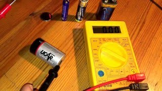 Batterie testen mit Multimeter Knopfbatterie 9 Volt Block Spannung AA und AAA DCV messen Anleitung
