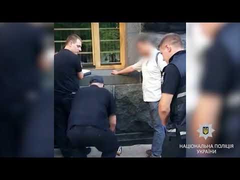 Возле Кабмина полиция задержала человека в маске и с арсеналом оружия (видео)