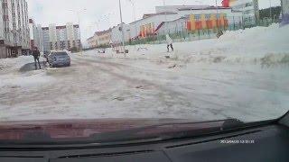Смотреть онлайн Шквальный ветер сносит людей в Ханты-Мансийске