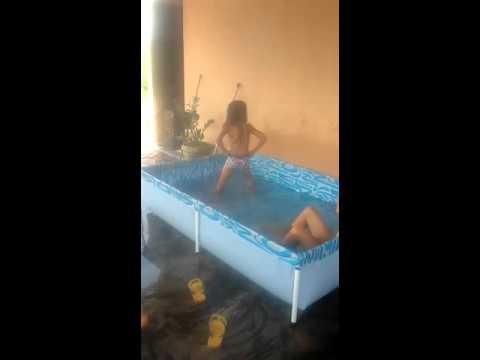 Olha a dança na piscina