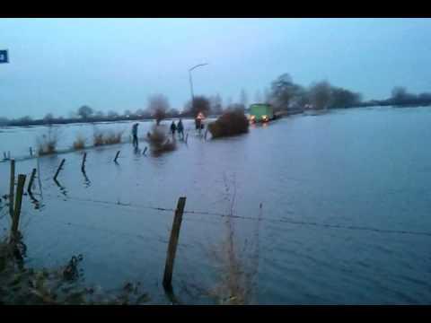 Hoogwater van de Maas in Boxmeer - Burgemeester richting de stuw in Sambeek