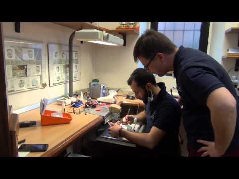 L'artigiano che disegna denti in 3D