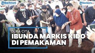 Duka Ibunda Markis Kido saat Pemakaman, Taburkan Bunga di Pusara Anak dan Suaminya