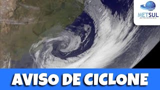 INTENSO CICLONE AFETARÁ O RS E SC NESTA QUARTA  Um ciclone bomba, termo técnico pela rápida queda da pressão em seu centro de 24 hPa ou mais em 24h, estará no Atlântico e sua circulação vai afetar o Rio Grande do Sul com chuva em muitas áreas e, principalmente, vento.   Todas as regiões terão rajadas de 40 km/h a 70 km/h, mas no Sul e no Leste gaúcho são esperadas rajadas de 80 km/h a 100 km/h. No Litoral Norte, na Lagos dos Patos e entorno, na área mais a Leste da Serra e nos Aparados as rajadas podem atingir de 100 km/h a 120 km/h, ocasionalmente superiores.   Em áreas urbanas, prédios e o relevo afunilam e aceleram o vento, logo podem ocorrer rajadas superiores.   O vento pode provocar danos como destelhamentos, além de queda de postes e árvores. Como choveu muito, o solo está saturado e instável, o que agrava o risco de queda de árvores.   O impacto no abastecimento de energia pode ser significativo, afetando mais a área de concessão da CEEE-D que atua no Sul e no Leste gaúcho que serão as zonas mais atingidas.   As rajadas mais intensas devem ocorrer na madrugada e de manhã, seguindo até horas do início da tarde. No decorrer da tarde, o vento deve começar a ceder.   O vento pode soprar com rajadas muito intensas ainda no Leste catarinense.   ——  Assine a MetSul Meteorologia e tenha acesso a conteúdos exclusivos, análises dos nossos meteorologistas e uma plataforma de dados com previsões para todo o Brasil de horas, dias, semanas e meses. É muito mais informação para o seu planejamento.   Site e assinaturas: www.metsul.co Twitter: @metsul Facebook: https://www.facebook.com/metsulmeteorologia Instagram: metsulmeteorologia