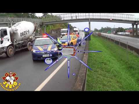 Acidente entre carro de passeio e caminhão cegonha na entrada de Juquitiba