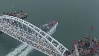 Под аркой Крымского моста прошел десантный корабль «Азов»