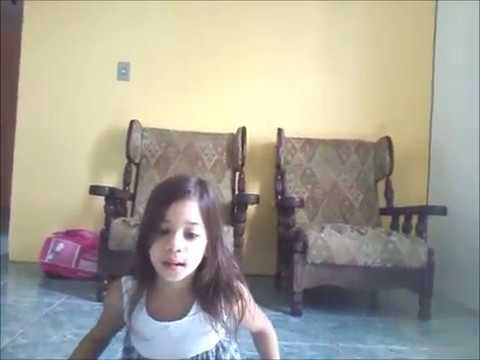 Nina cantando e dançando
