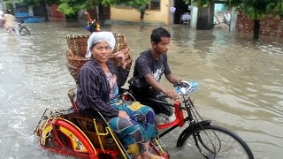 preview picture of video 'Наводнение в Мандалае / Flooding: disaster and fun on the street in Mandalay'