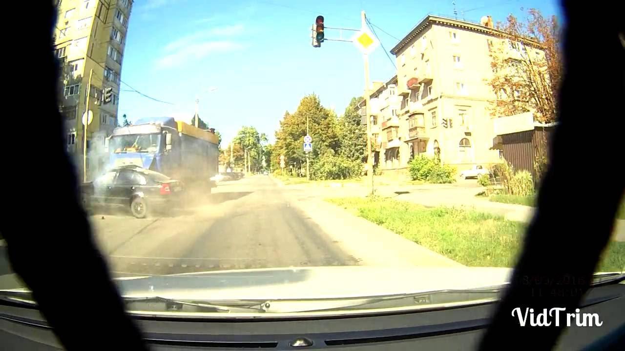 Водитель фуры решил проскочить перекресток на красный - г. Днепропетровск